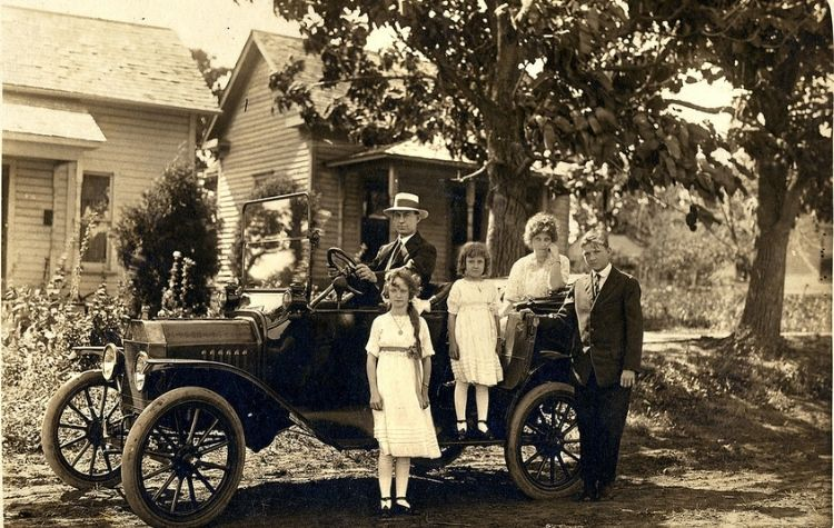 Family motoring in the early 1900s